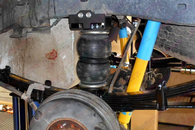 Standard height air bags mounted to some Dobinsons heavy duty leaf springs